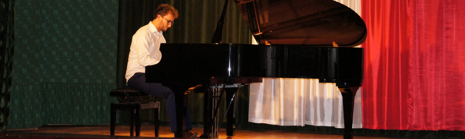 Recital Wojciecha Sałapy w sali kina Baszta